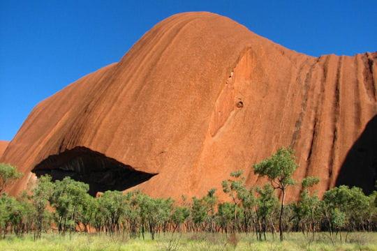 http://www.linternaute.com/voyage/oceanie/photo/un-camping-tres-luxueux-en-australie/image/ayers-rock-montagne-sacree-319032.jpg