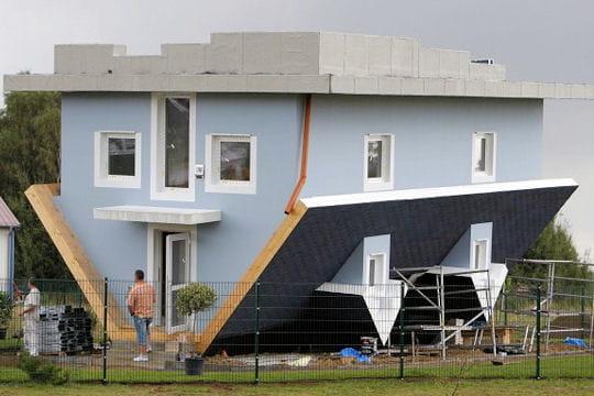 un m talleux fait des travaux dans une maison vid o. Black Bedroom Furniture Sets. Home Design Ideas