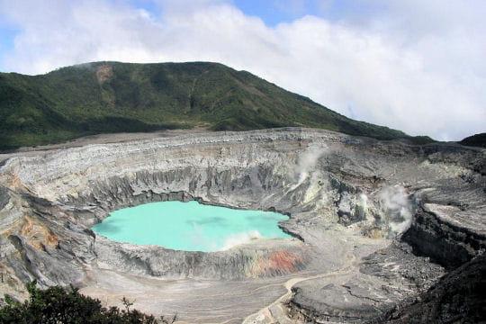 malgré son attrait touristique, le volcan poas est entouré d'une nature vierge,