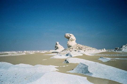 http://www.linternaute.com/nature-animaux/geologie/photo/ces-paysages-qui-evoquent-d-autres-planetes/image/desert-blanc-334462.jpg