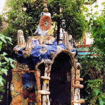 clocher, fresques, chapiteaux et tourelles ornent la grotte-chapelle de