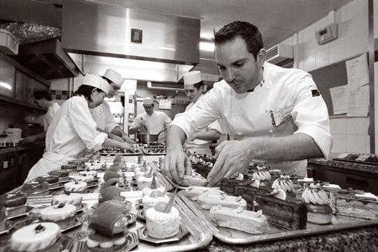 http://www.linternaute.com/sortir/sorties/resto/grande-cuisine/photo/gourmandises-et-fantaisies-au-plaza-athenee/image/christophe-michalak-349936.jpg