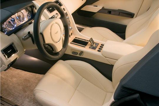 au volant d 39 une vraie voiture de sport aston martin rapide concept linternaute. Black Bedroom Furniture Sets. Home Design Ideas