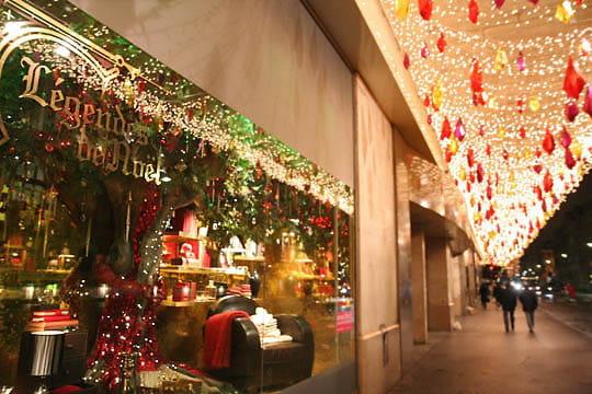 Fa ade du bhv vitrines de no l paris linternaute for Decoration du facade orleans