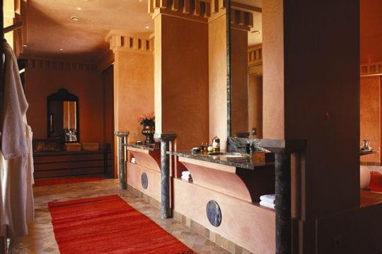 De vastes salles de bains une oasis de luxe au maroc voyager - Baignoire salle de bain maroc ...