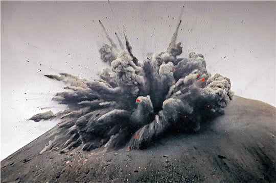 Volcans... Volcan-explosif-378127