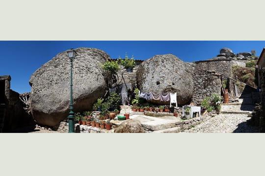 la maison entre les rochers vues panoramiques du portugal linternaute. Black Bedroom Furniture Sets. Home Design Ideas