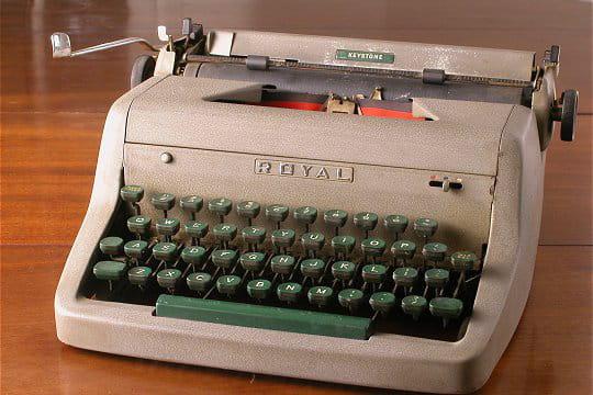 la fameuse machine crire royal keystone les 50 ans du petit nicolas linternaute. Black Bedroom Furniture Sets. Home Design Ideas