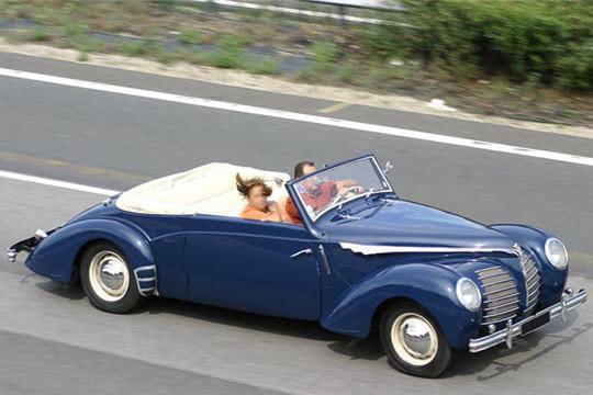 http://www.linternaute.com/auto/magazine/photo/les-vehicules-les-plus-improbables-vus-sur-nos-routes/image/charme-d-antan-408398.jpg