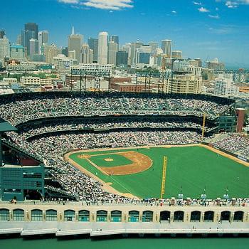 le stade des giants de san francisco peut accueillir plus de 40 000 spectateurs.