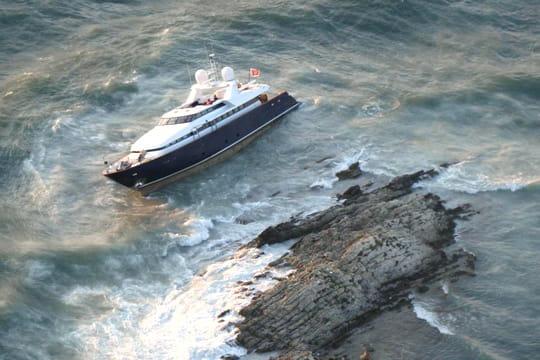 un yacht s'échoue à saint jean cap ferrat