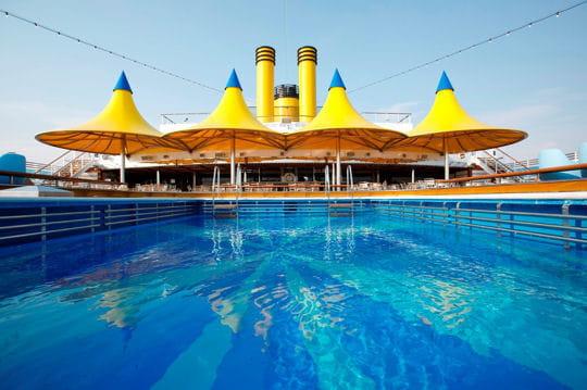 Une grande piscine d couvert visite du costa luminosa - Costa luminosa piscine ...