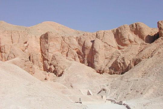 http://www.linternaute.com/voyage/afrique/photo/traversee-de-l-afrique-sur-les-eaux-du-nil/image/vallee-rois-desert-habite-448446.jpg