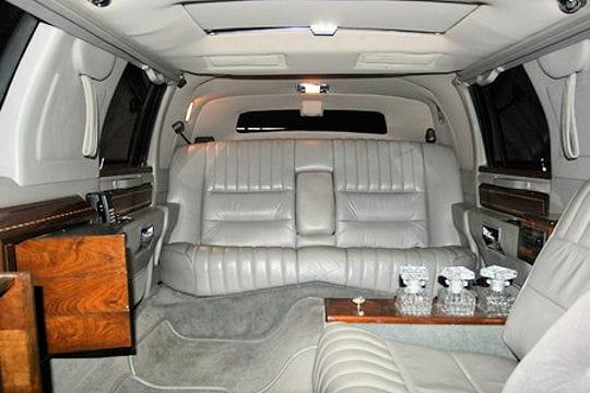 Int rieur de la lincoln town car limousine les voitures for Interieur limousine