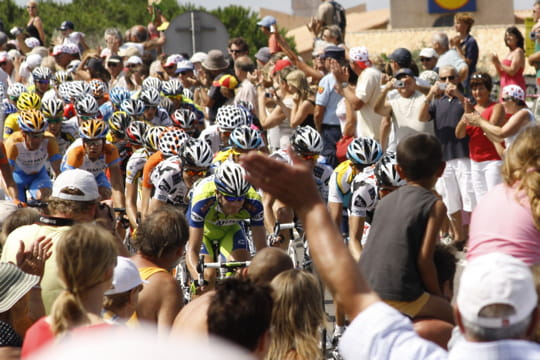 http://www.linternaute.com/sport/cyclisme/photo/le-tour-de-france-des-lecteurs/image/peloton-noye-foule-462137.jpg