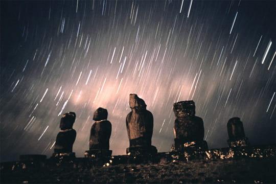 moaïs sous les étoiles