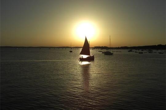 http://www.linternaute.com/photo_numerique/galerie-photo/photo/lumieres-au-coucher-du-soleil/image/silhouette-bateau-466535.jpg