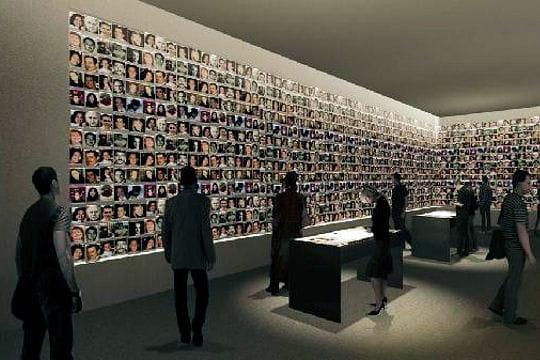 Les visages des victimes tapissent les murs dune salle dexposition rendering by thinc design
