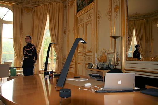 le bureau du premier ministre visite de matignon en images linternaute. Black Bedroom Furniture Sets. Home Design Ideas