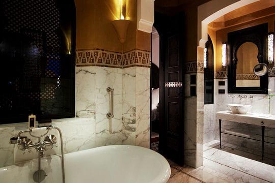 Marbre et dorure dans la salle de bain visite de la for Salle bain orientale