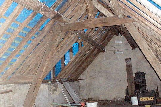 Des combles à rénover  Une vieille bâtisse devenue