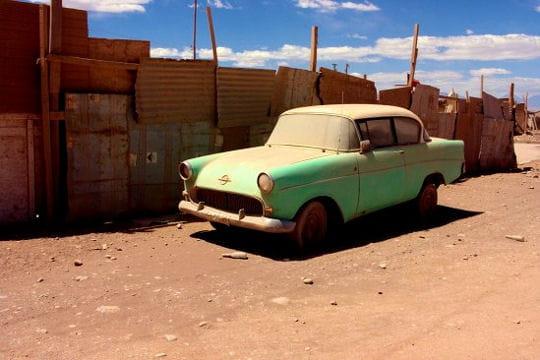 voiture agonisante dans le désert