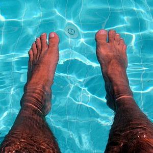pour renforcer votre cheville, vous pouvez faire des exercices. la piscine est