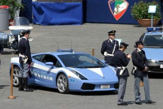 deux lamborghini pour la police italienne les voitures. Black Bedroom Furniture Sets. Home Design Ideas