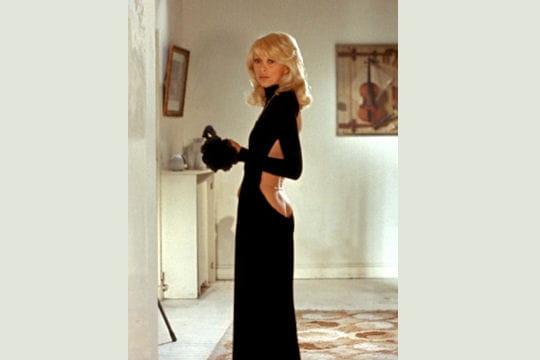 http://www.linternaute.com/cinema/magazine/100-looks-mythiques-du-cinema/image/mireille-darc-le-grand-blond-chaussure-noire-645258.jpg