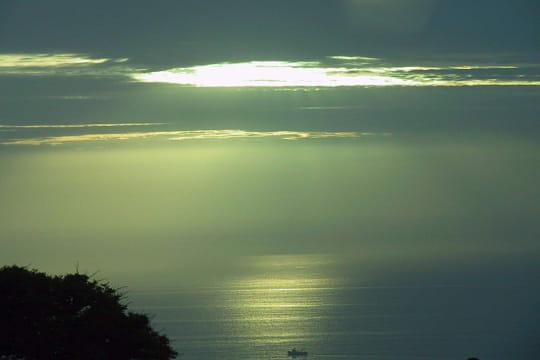 Ciel & Terre des stations solaires qui flottent sur l eau