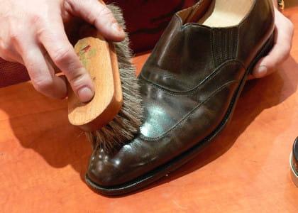 comment cirer vos chaussures en cuir les astuces d 39 un pro pour bien entretenir ses. Black Bedroom Furniture Sets. Home Design Ideas