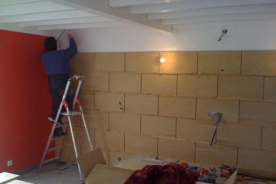 Cr ation d 39 un mur de pierres dans le salon for Mur en pierre salon