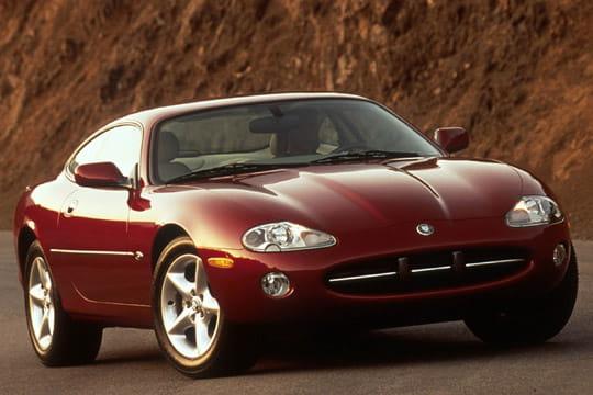 la jaguar xk8 les voitures qui ont marqu les ann es 90 linternaute. Black Bedroom Furniture Sets. Home Design Ideas
