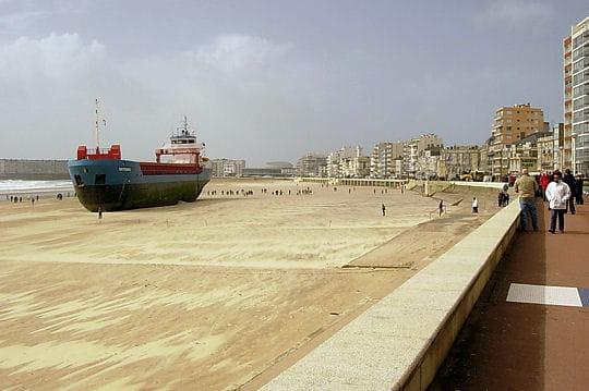 Le cargo s'est garé sur la plage