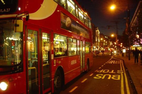 les fameux bus imp riale de londres tour du monde des transports hors du commun linternaute. Black Bedroom Furniture Sets. Home Design Ideas