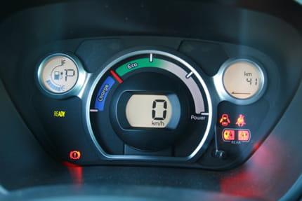 Essai Peugeot iOn : la voiture électrique au quotidien Compteurs-offrent-bonne-lisibilite-895387