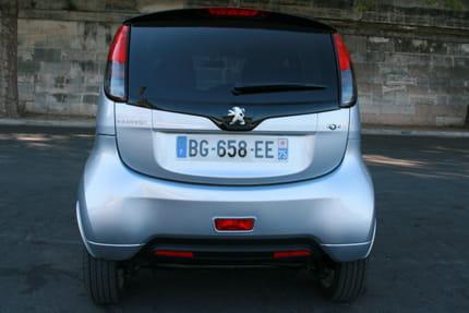 Essai Peugeot iOn : la voiture électrique au quotidien La-visibilite-arriere-n-est-pas-excellente-dommage-voiture-urbaine-895444
