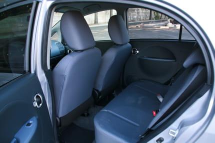 Essai Peugeot iOn : la voiture électrique au quotidien Etroite-citadine-offre-un-espace-aux-jambes-aux-coudes-tout-juste-satisfaisant-895475