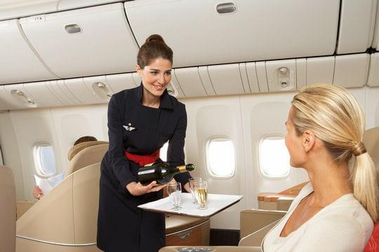 les plus beaux uniformes d 39 hotesses de l 39 air. Black Bedroom Furniture Sets. Home Design Ideas