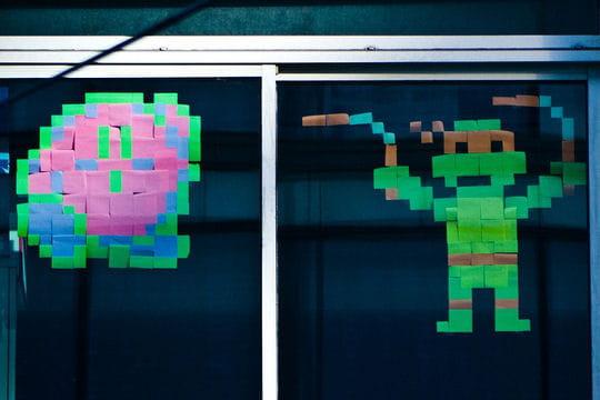 """Le choc des titans : """"Post-it War"""" : la guerre pixelisée ..."""